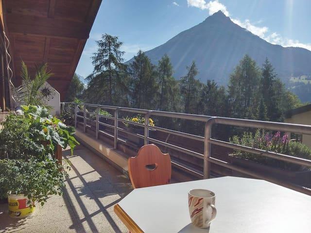 Großes helles Zimmer mit Blick auf Tiroler Berge - Gemeinde Imst - Apartamento
