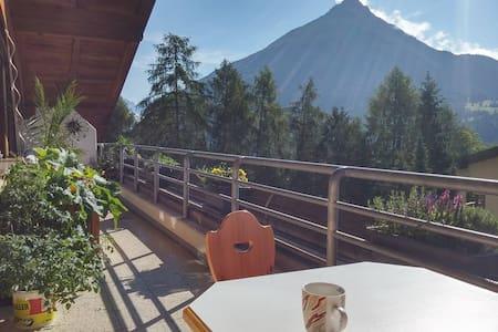 Großes helles Zimmer mit Blick auf Tiroler Berge - Gemeinde Imst - Appartement
