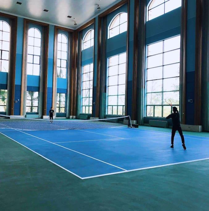 步行50米左右小区运动中心室内网球场