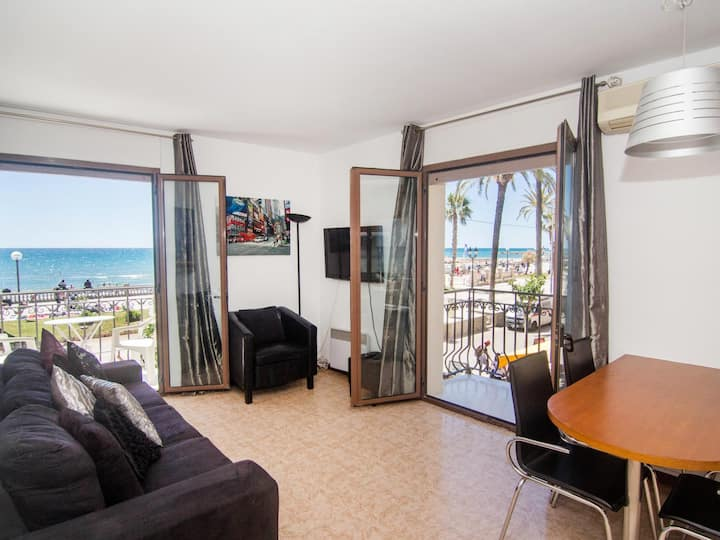 QUEEN Beach front location and fantastic views of Sitges.