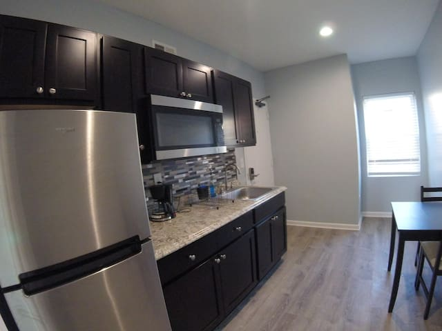 Apt 10 Bloomfield/ Lawrenceville private mini 1 br