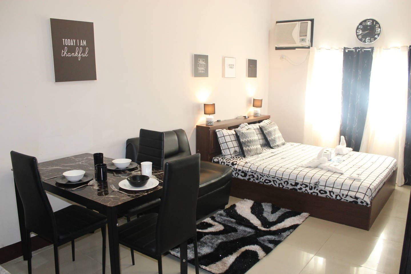 Feel Good Stayin in our Black &amp; White Themed Room<br>