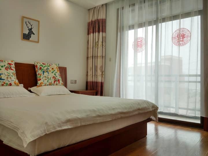 位于舟山市普陀山朱家尖大山脚下的民宿-带露台朝南的阳光大床房