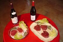 Charolles : berceau de la race bovine charollaise . Tournedos, rumsteack accompagnés de vins de Bourgogne (Saône et Loire)