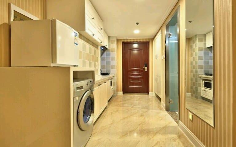 宽敞明亮的厨房 洗衣机冰箱应有尽有
