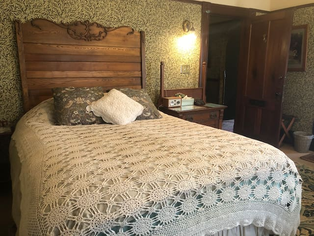 Morris Room Queen and single bed