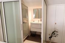Salle de bain en verre, du niveau 2