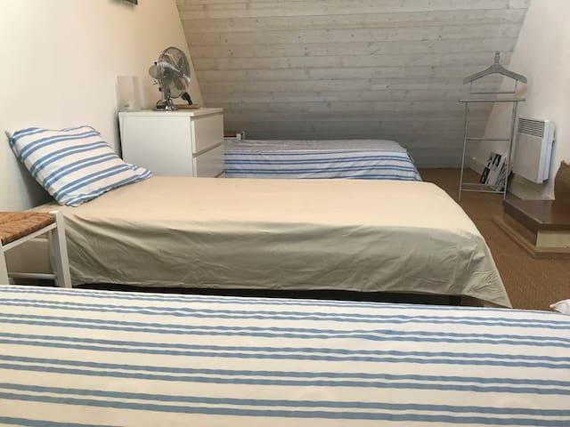Chambre 2 à l'étage :  3 lits simples 90cm