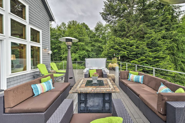 NEW! Spacious Whidbey Island Home w/Deck + Hot Tub