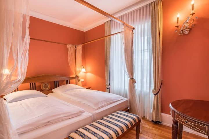 Schlosshotel Neckarbischofsheim, (Neckarbischofsheim), Junior Suite mit WC und Dusche