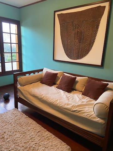 Escritório com um sofá-cama