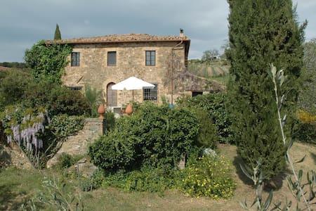 300 Jahre altes Toskana-Ferienhaus, 5 Hektar Land - Montalcino