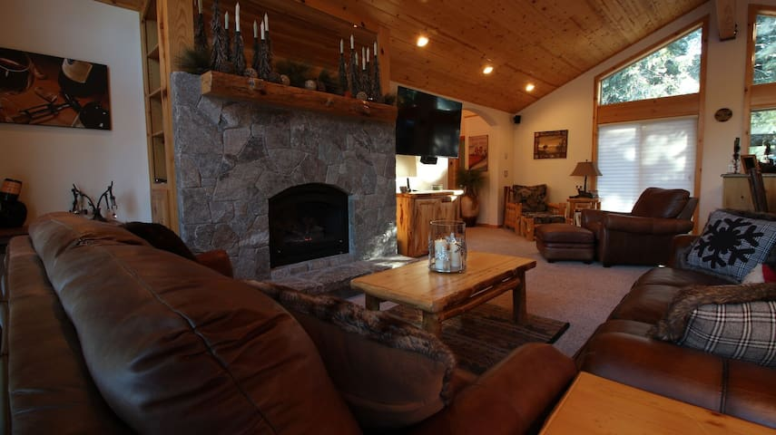 Stunning, beautifully decorated 2 Bd 2.5 bth down West Shore of Tahoe