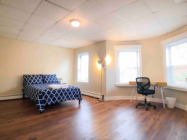 Large Private Room Near Northeastern U & Downtown!