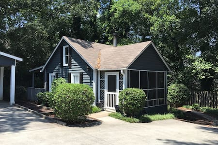 Small cottage with yard for pets - Atlanta