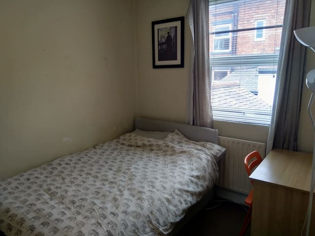 smaller room heart of Chapel Allerton