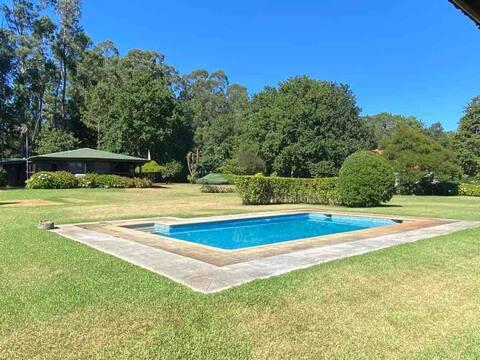 Casa de madera, jardín, piscina y acceso río Miño