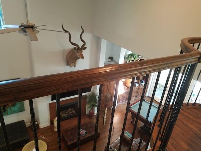 Posh City Villa-2 Bedrms-Private Upstairs