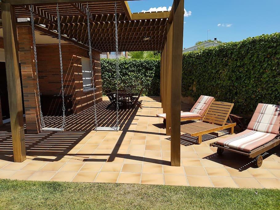 Casa de verano con piscina casas en alquiler en calafell for Camping con piscina climatizada en tarragona