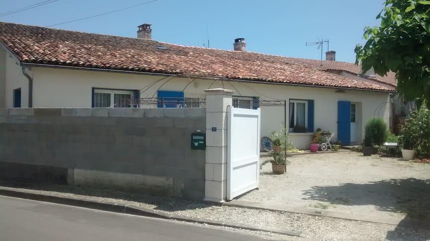 maison plain pied meublée située ds village classé - Écoyeux - 一軒家