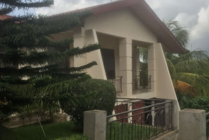 Nature surrounding a fully-equiped safe villa - Akropong