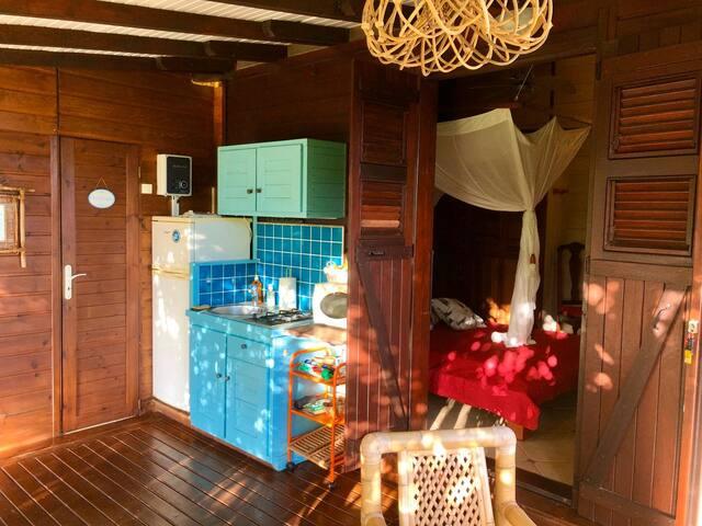 kitchenette et salle de douche privatives à cette chambre