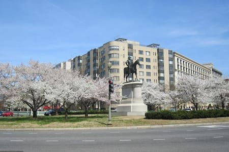 Jr 1 BR Apt in the Heart of WDC by the White House - Washington