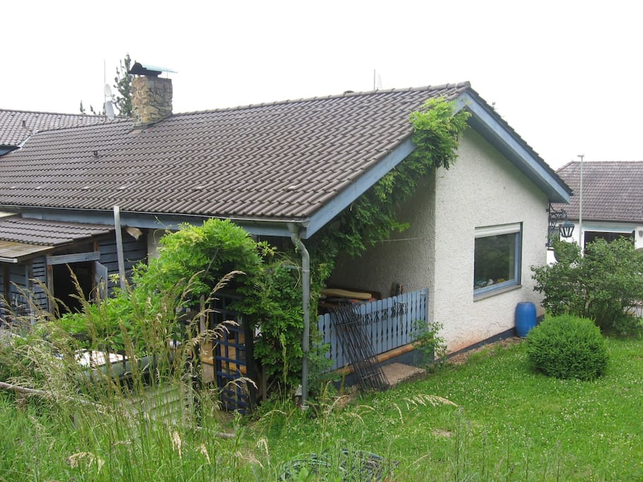 Die Rückseite unseres Hauses und ein Teile unseres Gartens.
