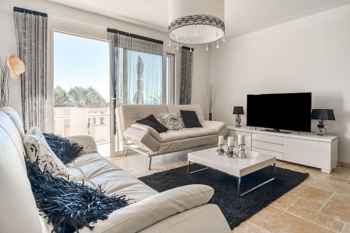 Chic Villa in le Cannet des Maures with Terrace