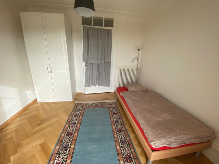 Jolie chambre avec accès balcon
