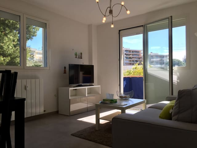 Nice bright apt - Close to the beach and downtown