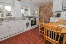 27 BORTHYN, pet friendly, with open fire in Ruthin, Ref 974358