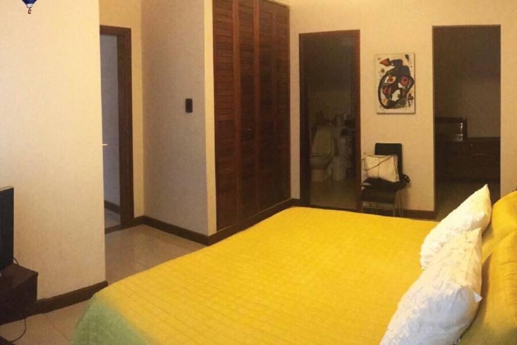 Dormitorio principal con baño privado