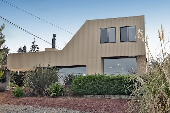 Beautiful hidden Coupeville gem. 2 bed, 1.5 bath. (251) - 251
