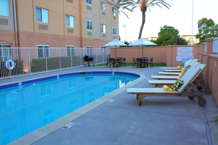 CLOSE TO ATTRACTIONS! 3 COZY UNITS, POOL, PARKING
