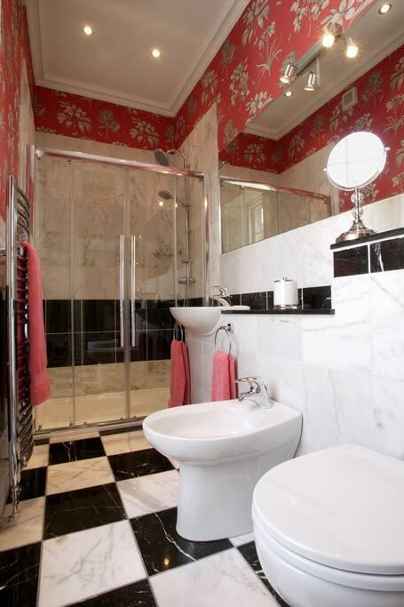 The Pear Tree Room's en suite shower room
