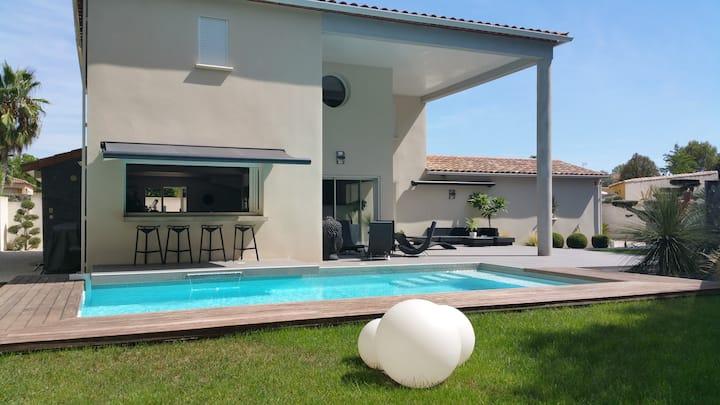 Très belle villa, piscine, salle sport, balnéo.