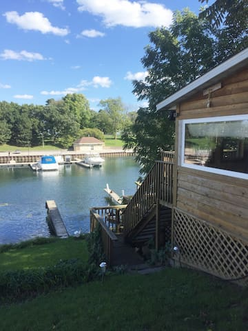 LAKE MICHIGAN WRITER'S CABIN FOR UP TO 3-4 GUESTS