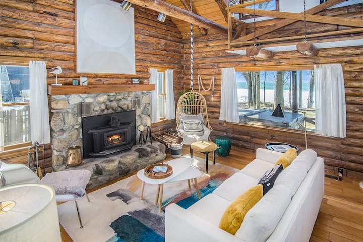 LAGOM - Sunset Retreat: Modern Lake Michigan log cabin, hot tub, home theater, fast internet