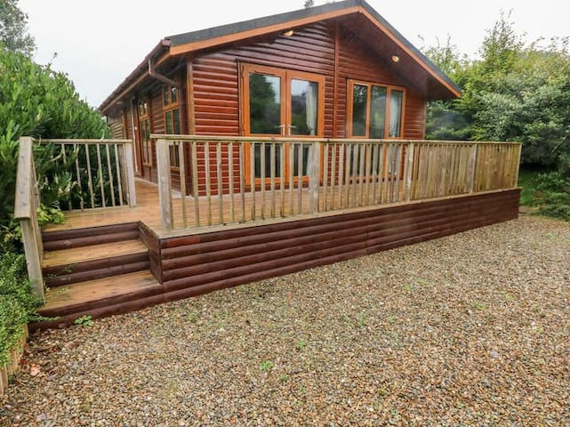 Peaceful Lodge with hot tub close to Narberth