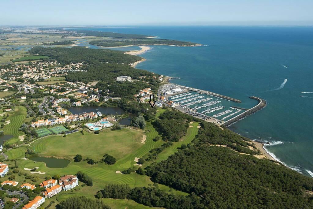 vue aérienne du village, golf et port