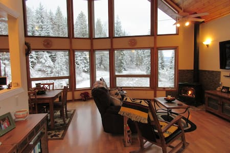 Beautiful Mountain Cabin on 6 acres facing River. - Sandpoint - Rumah