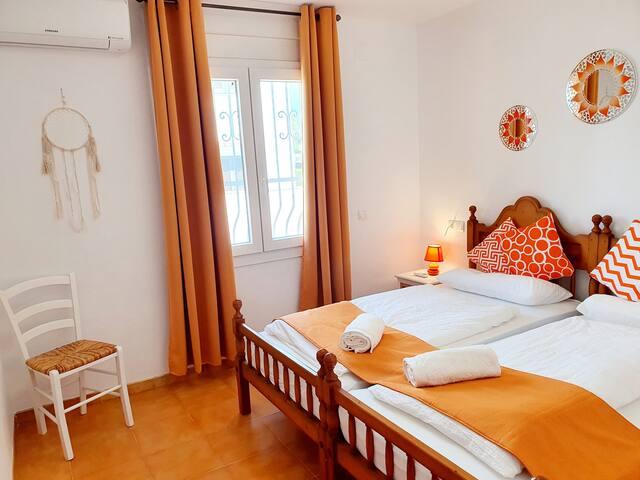 Schlafzimmer 3 mit Klimaanlage und gr. Einbauschrank