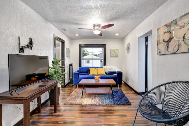 STYLISH GARAGE LOFT. TCU. WILL ROGER CULTURAL DIST