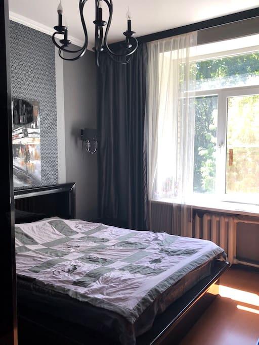 большая кровать со специальным ортопедическим  матрасом, она открывается и внизу можно хранить вещи (чемоданы например).