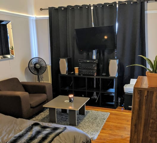 Cozy Downtown Studio .2 mi from Staples & Conv Ctr