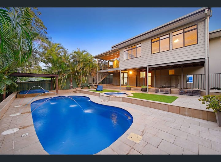 Harrys @ Shelly Beach - family home with pool