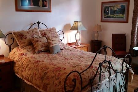 Private Historic Downtown Loveland Apartment - Ловеланд