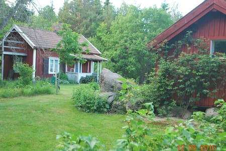 Old cottage in lovely surroundings close to sea - Hytte