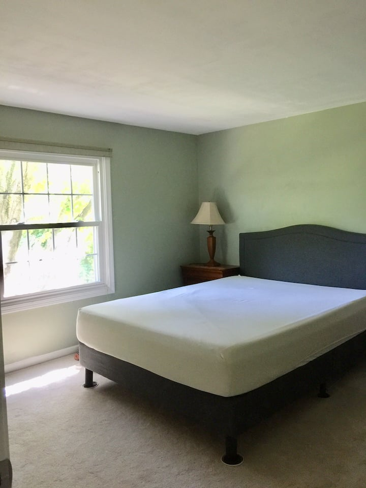 quiet comfortable private room near ElginOhare exp